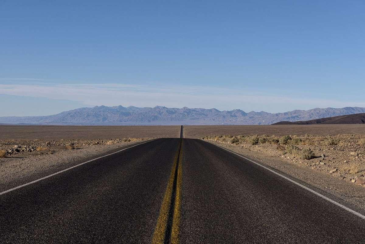 Route infinie dans le désert américain