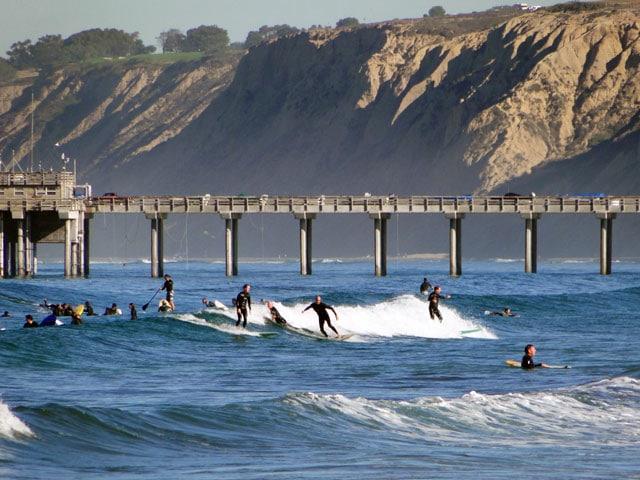 plage de san diego californie avec surfeurs