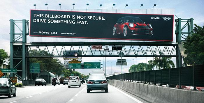 panneau publicitaire sur la route aux USA