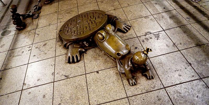 Statue d'un alligator dans le métro de New York - Life Underground