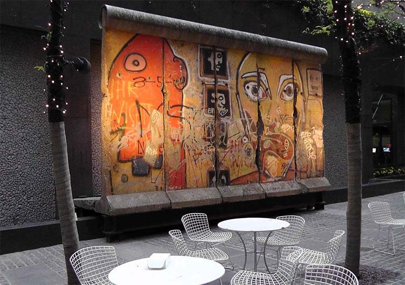 Une partie du mur de Berlin est exposé en art de Rue au coeur de New York City