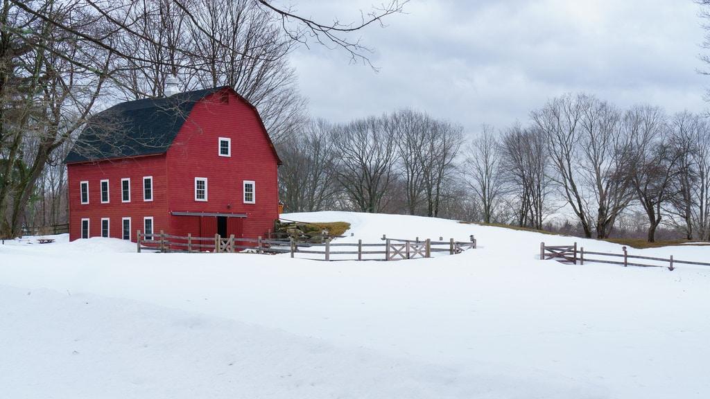 Ferme rouge sous la neige