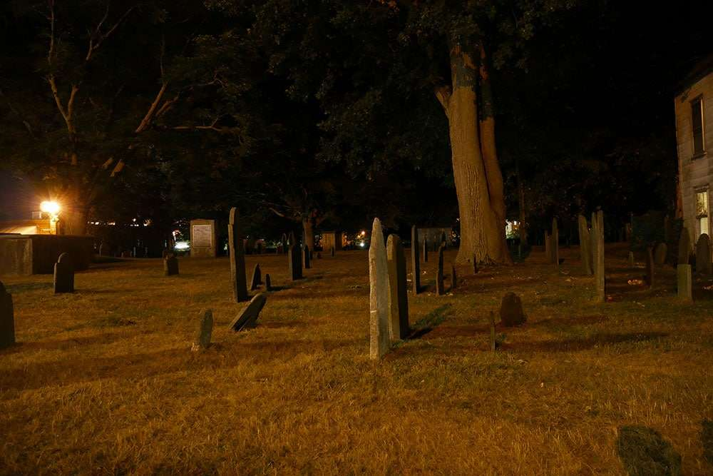 Old Salem Burying Point nuit