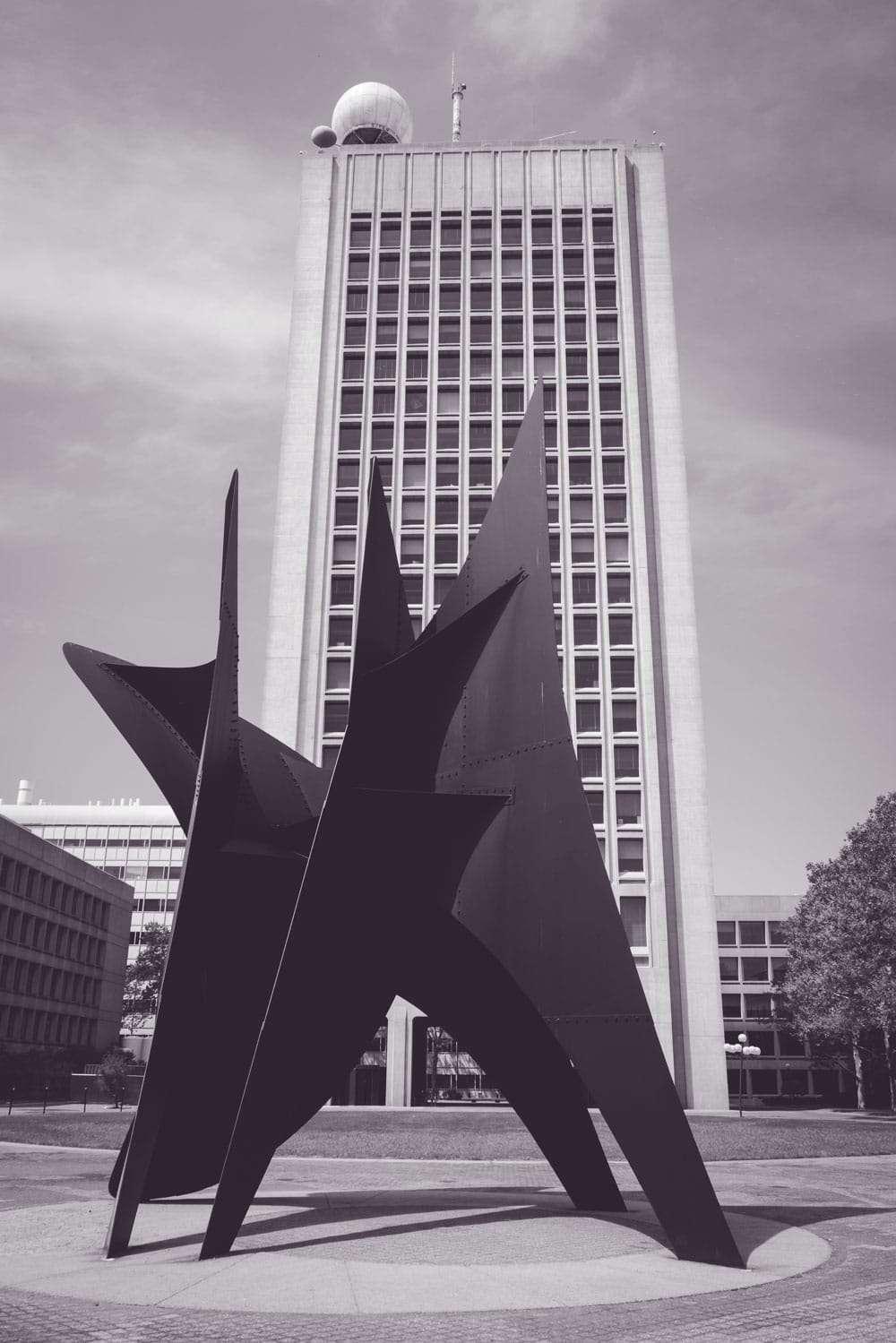 Oeuvre d'art devant building au MIT