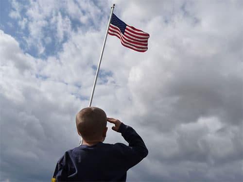 enfant patriotique aux USA devant drapeaux américain