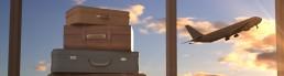 valises et avion dans le ciel au coucher de soleil