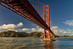 Le fameux Golden Gate Bridge vu du dessous depuis Fort Point