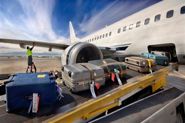 bagages entrant dans la soute d'un avion