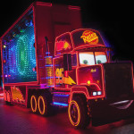 Parade nocturne mack camion de cars