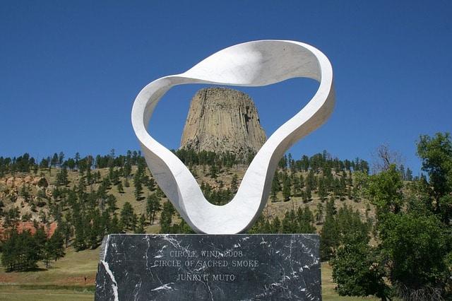 sculpture devant devil's tower wyoming