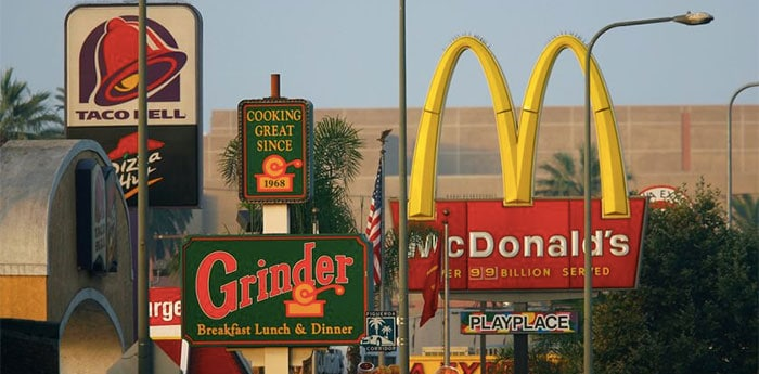 différents panneaux de fast foods