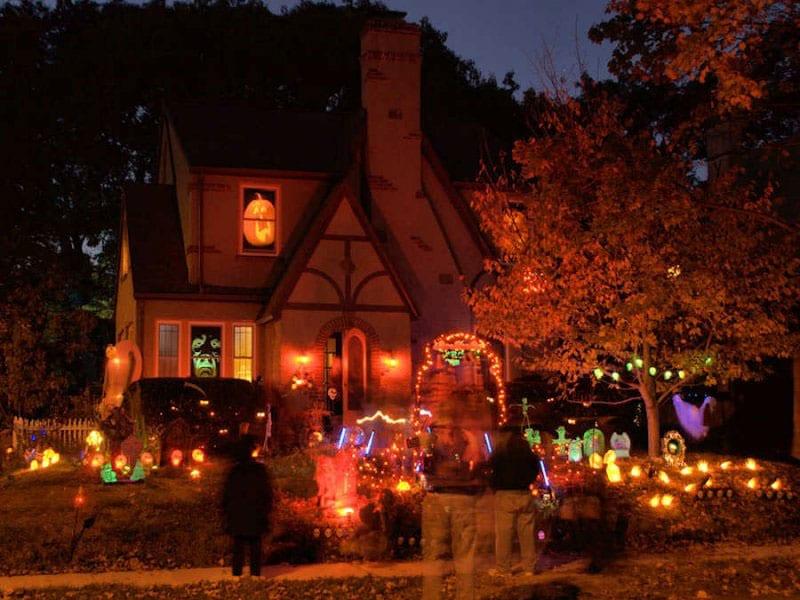 maison décorée pour halloween la nuit
