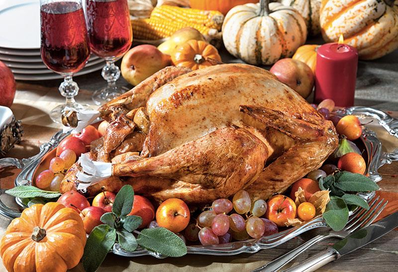 dinde sur une table décorée pour thanksgiving