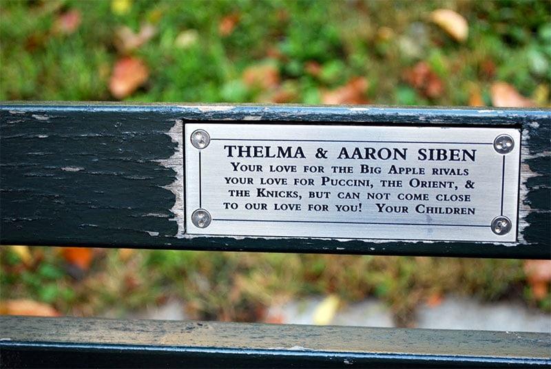 On trouve des bancs dédicacés et adoptés dans tout Central Park