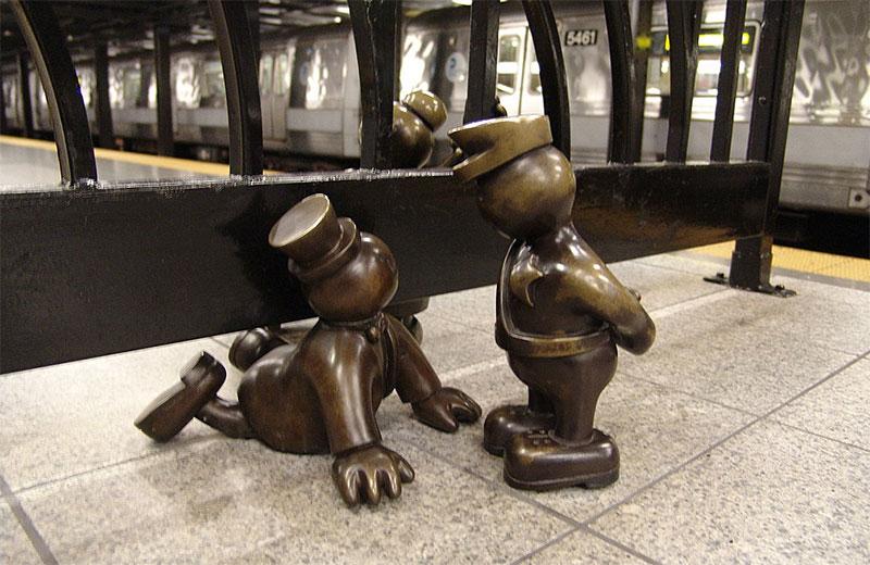 La série de statues Life Underground dans le métro de New York