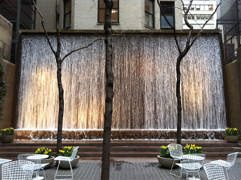 Paley Park contient une chute d'eau de 6 mètres de hauteur en plein coeur de New York