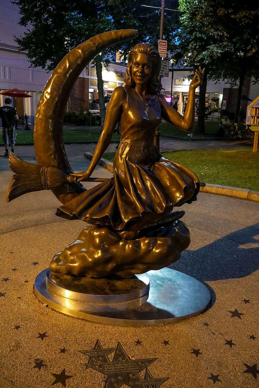 Statue sorcière bien aimée salem