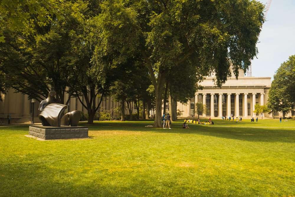 Parc et jardin devant dome du MIT