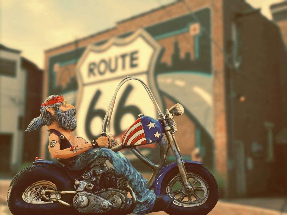 Statuette de biker devant une peinture Route 66