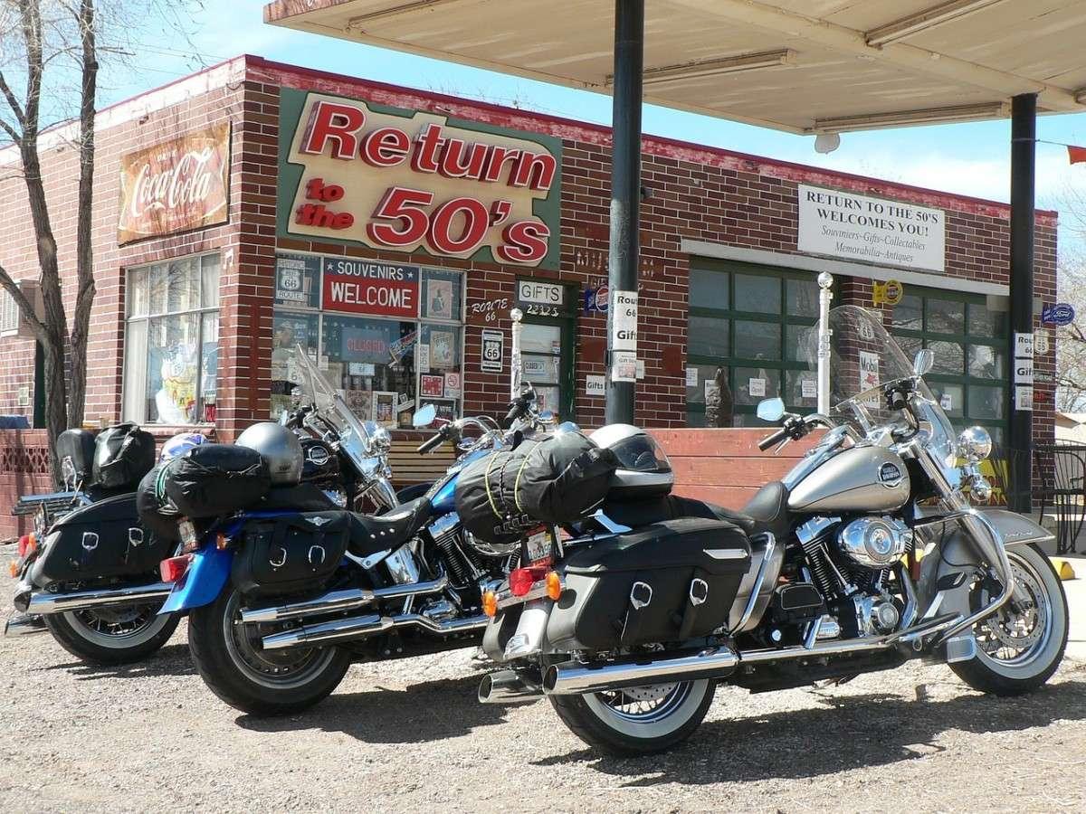 Harley Davidson devant une station-service sur la Route 66