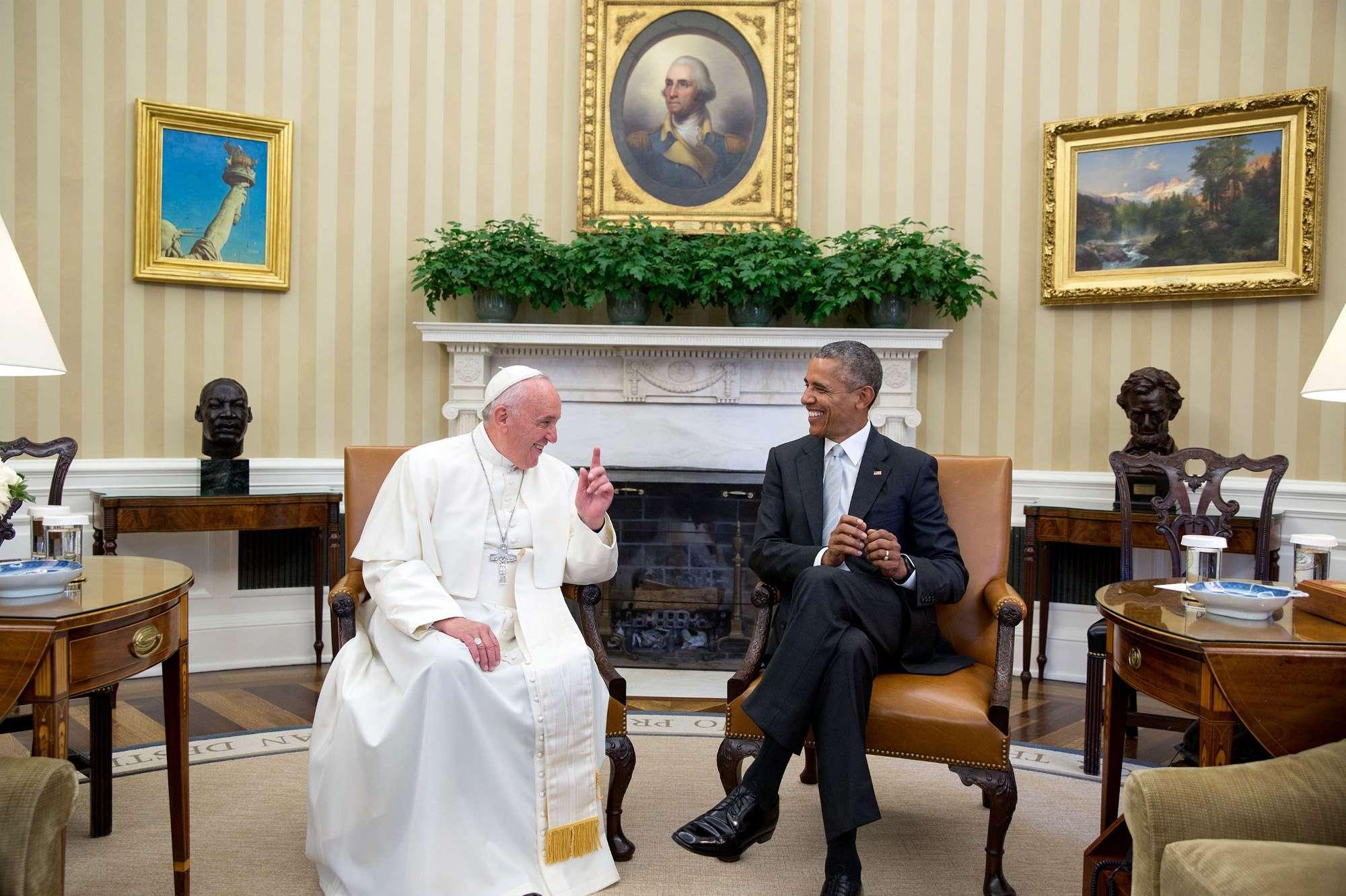 Le président donald trump dans le bureau ovale à la maison blanche