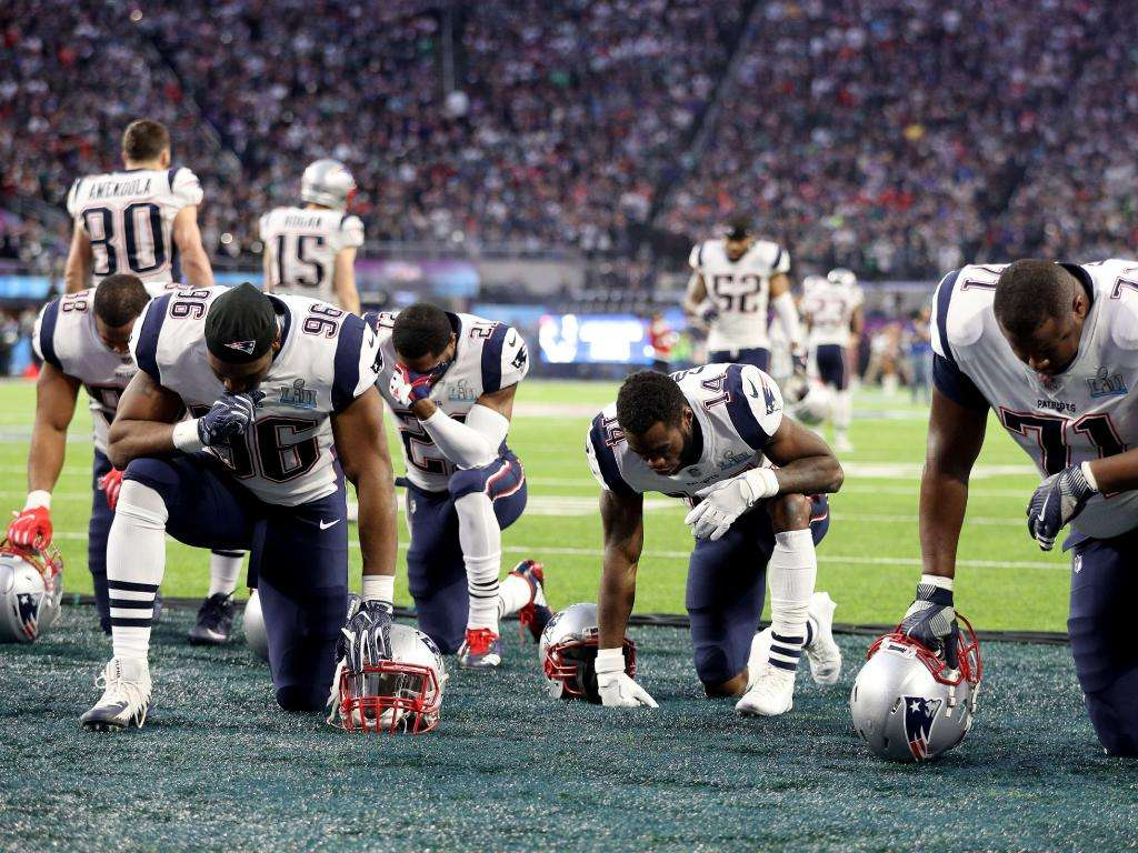 Les New England Patriots prient avant le Super Bowl