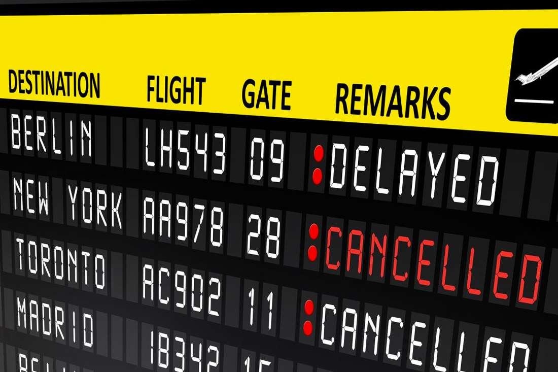 Panneau dans un aéroport avec les vols annulés ou retardés