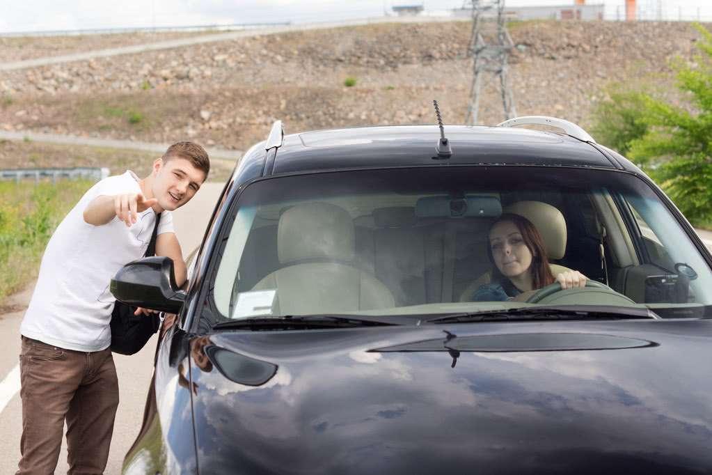 Personne perdue demande son chemin en anglais dans une voiture